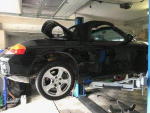 Porsche Boxster 986 na podnosniku